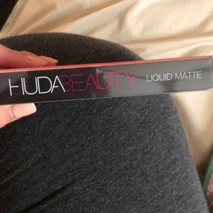 HUDA BEAUTY Makeup - HUDA beauty liquid matte in shade Alluring.